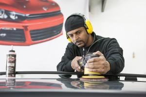 Bilden visar arbete med lackkonservering av bil
